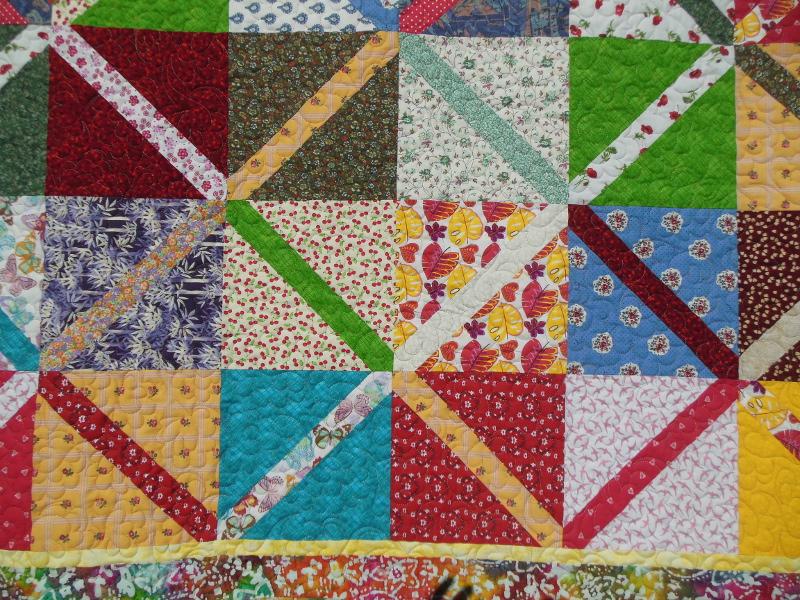 """Couverture-""""Diagonales""""-Motif-Quilting-NUAGE-fil-multicolore-détails de plusieurs blocs et du matelassage"""