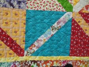 """Couverture-""""Diagonales""""-Motif-Quilting-NUAGE-fil-multicolore-détails d'un bloc et du matelassage"""