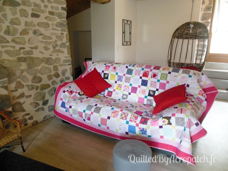 Couvre-lit-Motif-Quilting-Puzzle-fil-dégradé-rose-sur un canapé