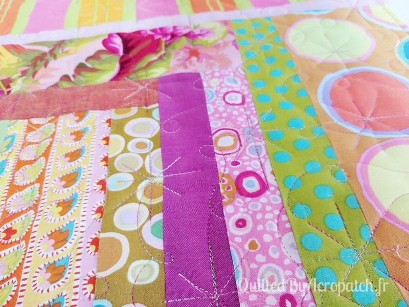 Centre-de-table-Peps-Motif-Quilting-Etoile_filante-fil-multicolore-en cours de quiltage