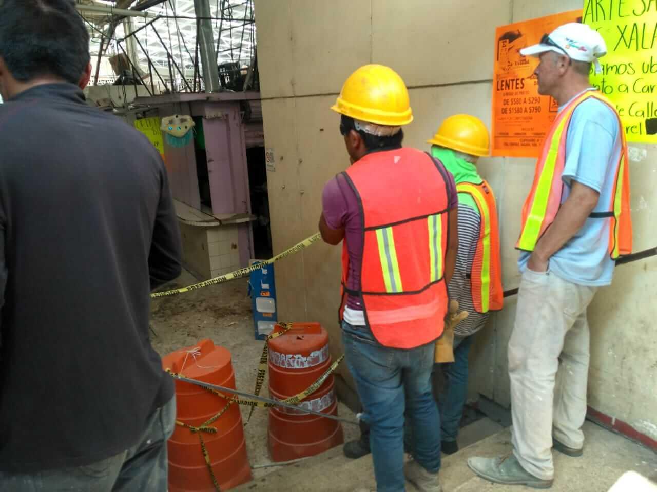 Los tres trabajadores que cayeron del techo del mercado Jáuregui fueron trasladados a la Clínica 11 del Instituto Mexicano de Seguro Social (IMSS).