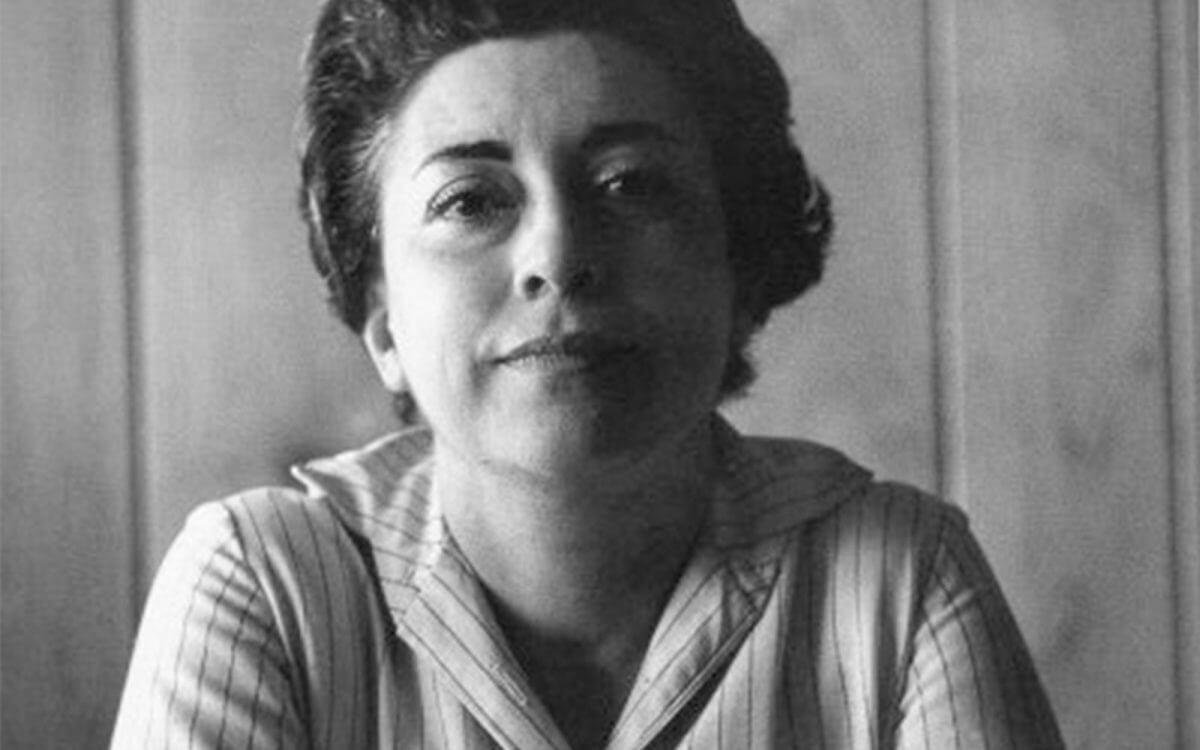 La escritora Rosario Castellanos fue una de las poetisas mexicanas más destacadas del siglo XX, pues su obra destacó por la agudeza de su crítica ante una sociedad que se imponía y relegaba a los más vulnerables, que son los pueblos indígenas y las mujeres.