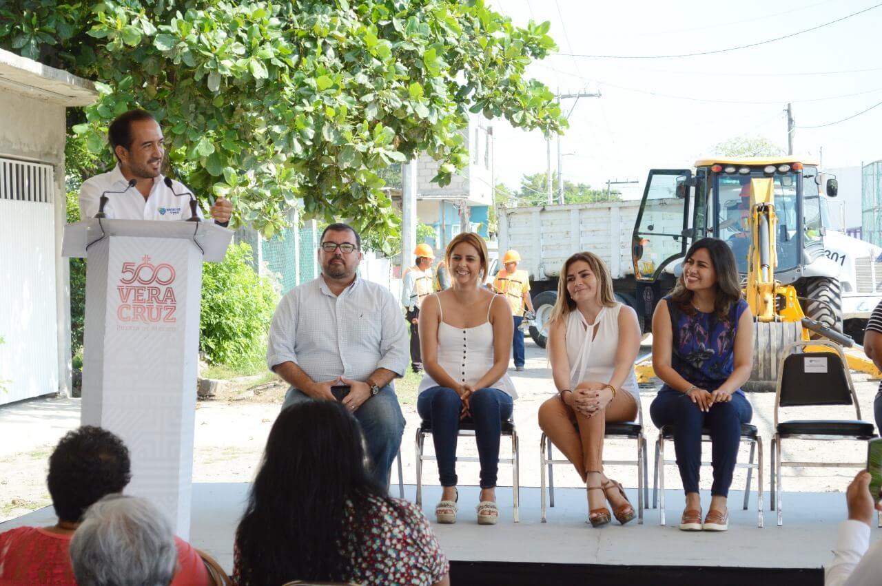 El alcalde de Veracruz, Fernando Yunes Márquez dio inicio a las obras de rehabilitación del sistema de drenaje sanitario y pluvial, así como repavimentación de la calle Zapata, en la colonia Lombardo Toledano.
