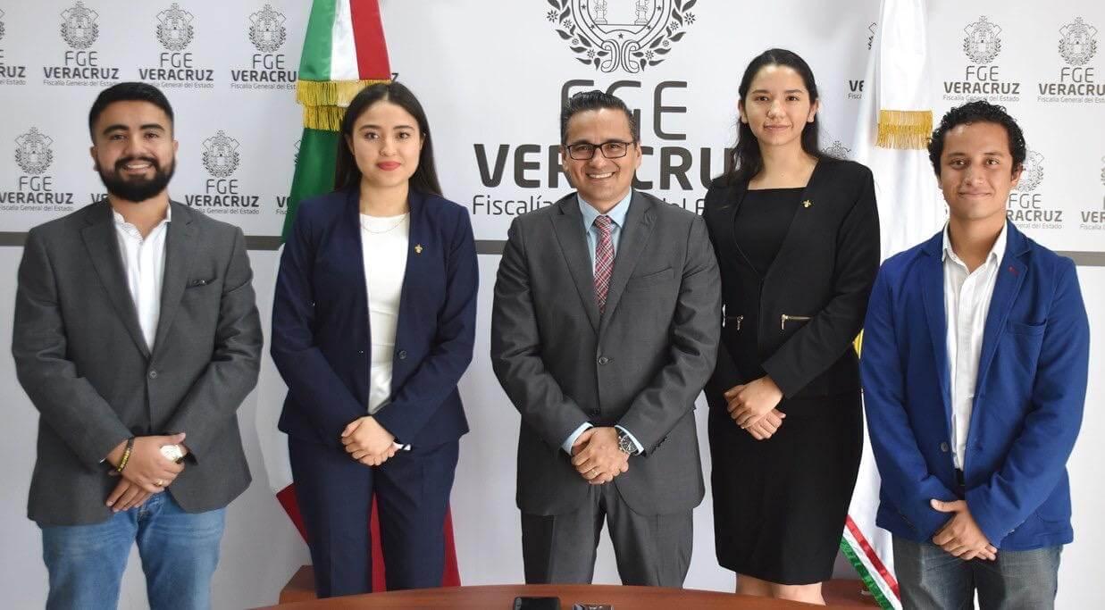 El Fiscal General del Estado, Jorge Winckler Ortiz recibió a alumnos de la Facultad de Derecho de la Universidad Veracruzana (UV), esto como parte de un programa de visitas programas a instituciones públicas encargadas de la operación del Sistema Penal Acusatorio en México.
