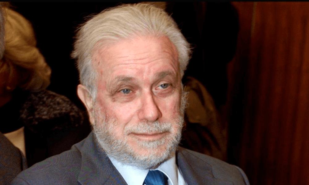 Luciano De Crescenzo, filósofo, escritor y artista italiano, falleció en un hospital de Roma a la edad de 91 años a causa de las complicaciones provocadas por una pulmonía.