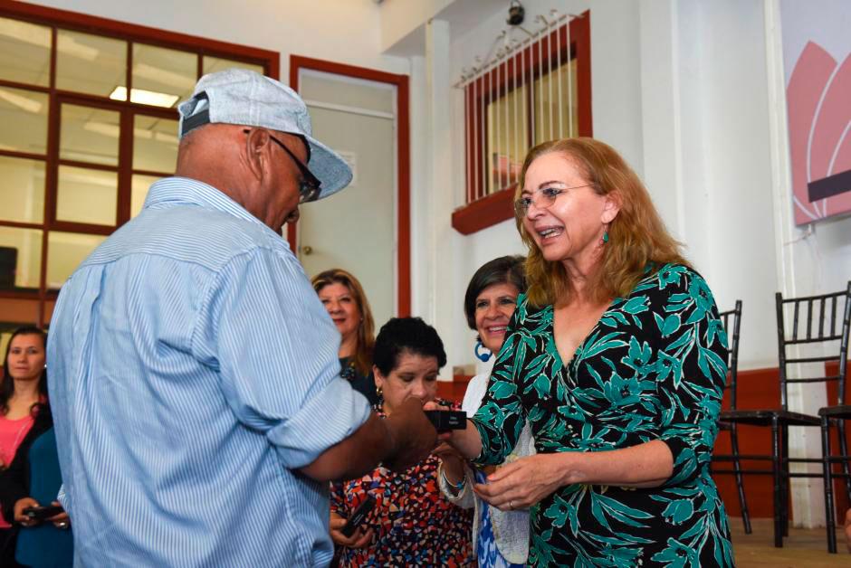 La presidenta del Sistema Municipal para el Desarrollo Integral de la Familia (DIF), Rosío Córdova Plaza entregó 70 auxiliares auditivos a igual número de beneficiarios, para mejorar la calidad de vida de personas con discapacidad.