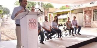 El presidente municipal de Veracruz, Fernando Yunes Márquez dio el banderazo de arranque a obras de pavimentación con concreto en la colonia Dos Caminos, de este municipio.