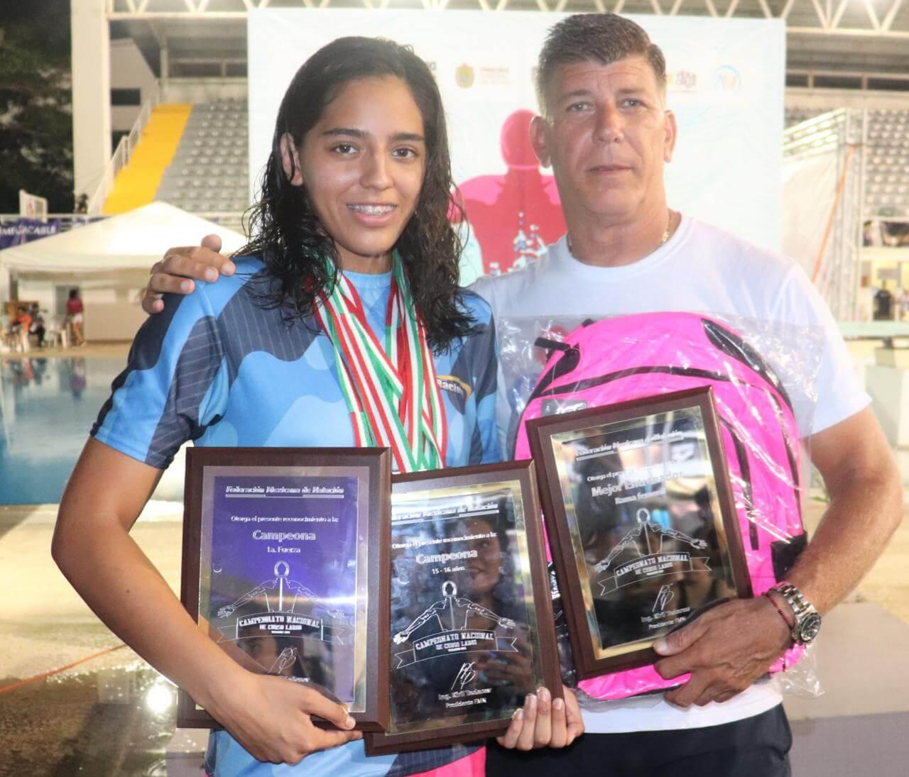 La nadadora Susana Hernández Barradas obtuvo ocho medallas de oro, así como tres récords nacionales, y fue distinguida como la mejor nadadora a nivel nacional dentro del Campeonato Curso Largo, efectuado en Leyes de Reforma.