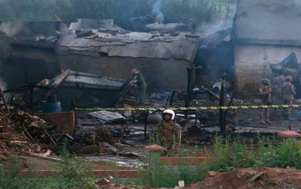 Funcionarios del ejército de Pakistán confirmaron el accidente aéreo en Rawalpindi, Pakistán, informaron que se trata de un pequeño avión militar pakistaní que se estrelló contra una zona residencial, cerca de la guarnición.