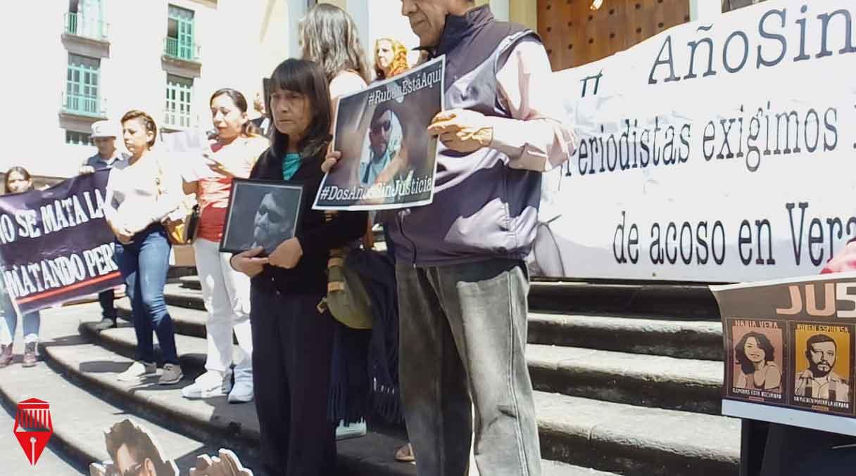 Los familiares del fotoperiodista Rubén Espinosa Becerril se manifestaron en la plaza Lerdo de Xalapa para exigir justicia por su asesinato ocurrido hace cuatro años en la colonia Narvarte de la Ciudad de México.