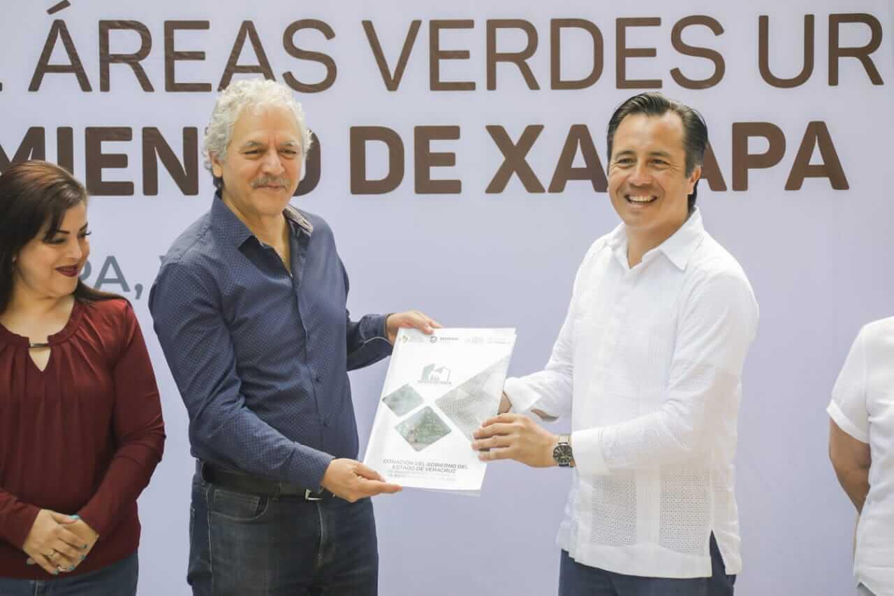 El gobernador del estado, Cuiltáhuac García entregó al alcalde de Xalapa Hipólito Rodríguez Herrero, las escritura de nueve polígonos en el Fraccionamiento Indeco Ánimas.