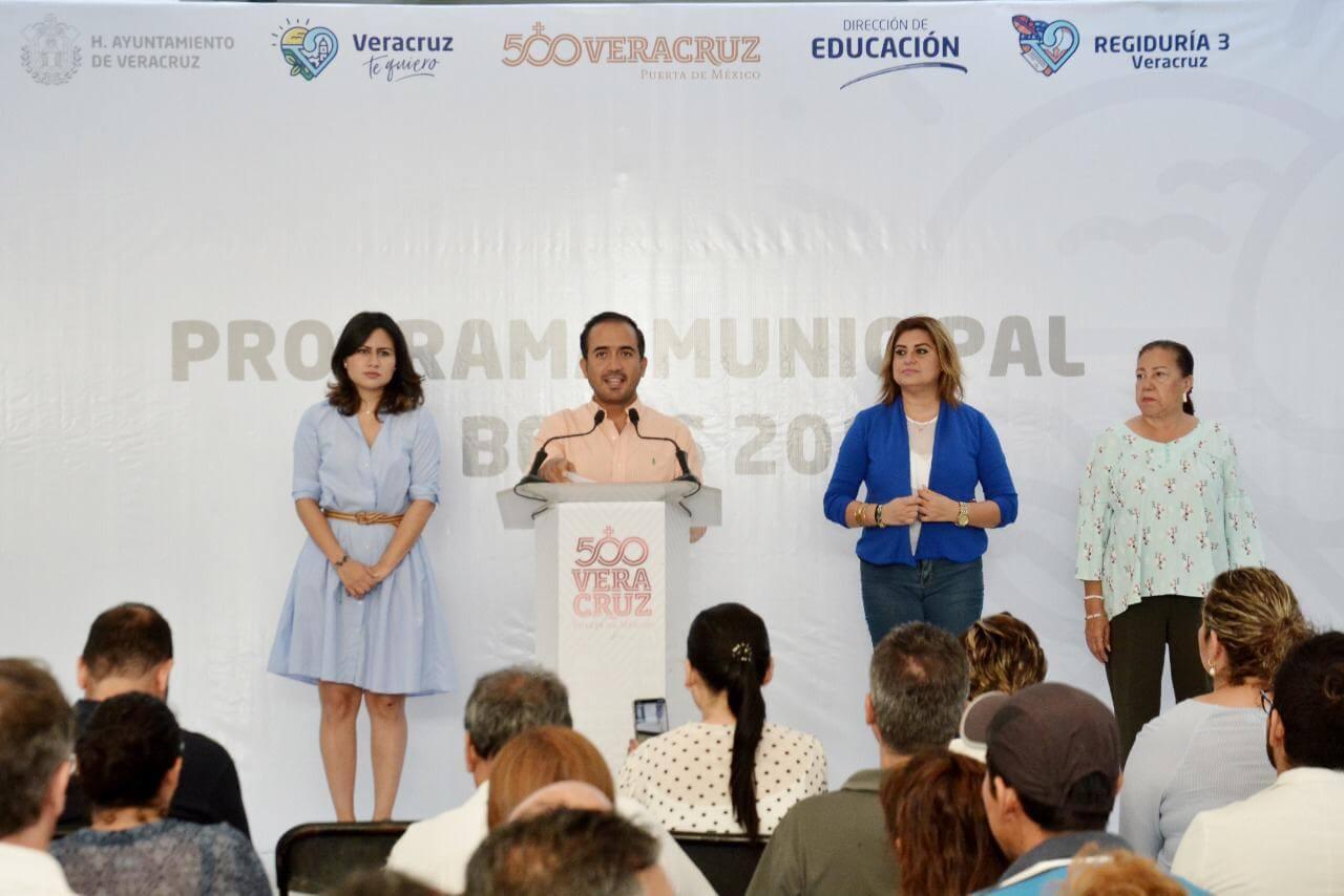 El presidente municipal de Veracruz, Fernando Yunes Marquez dio a conocer los resultados del Programa Municipal de Becas 2019 de Veracruz, este miércoles 24 de julio. La Beca otorga apoyos económicos a estudiantes desde segundo de primaria hasta maestría.