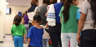 """Estados Unidos anunció una nueva norma para detener indefinidamente a familias migrantes con niños que cruzan ilegalmente la frontera sur del país mientras los jueces consideran otorgarles asilo, como parte de la política de """"tolerancia cero"""" del presidente Donald Trump."""