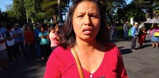 """La presidenta de la asociación """"Renovación Veracruzana"""", Arely Hernández Alvarado y sus integrantes, se manifestaron frente a Palacio Municipal para exigir el cumplimiento de obras al Ayuntamiento de Xalapa."""