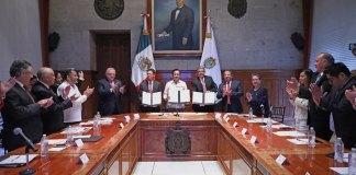 El Gobierno del Estado, a través de la Secretaría de Desarrollo Económico y Portuario (SEDECOP), signó un convenio de colaboración con la Comisión Nacional de Mejora Regulatoria (CONAMER), que será la base para el proceso de simplificación de trámites en el estado, que impactará positivamente en proyectos como el Corredor Interoceánico del Istmo de Tehuantepec, donde se prevé la atracción de múltiples inversionistas.