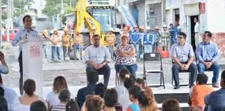 Por medio del Fondo para Entidades Federativas y Municipios Productores de Hidrocarburos recuperado tras una controversia, el H. Ayuntamiento de Veracruz invierte 14 millones 770 mil pesos en obras de repavimentación con carpeta asfáltica de la calle Comunidad, en la colonia Los Reyes.