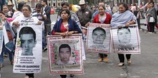 """La Fiscalía General de la República (FGR) y familiares de los 43 normalistas desaparecidos de Ayotzinapa 2014, sostuvieron una reunión privada, donde acordaron reconstruir prácticamente """"de cero"""" las investigaciones del caso, hacer un balance a principios de diciembre y buscar un mecanismo, para evitar la liberación de personas presas bajo indagatorias del caso."""