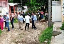 Este lunes, personal de Protección Civil, Polícia Estatal, Cruz Roja, autoridades municipales y elementos de la Guardia Nacional, acudieron a la colonia Manantiales en Coatepec, tras el reporte de un deslave en la privada de Amado Nervo, el cual dejó daños a una vivienda y a un hombre sepultado.
