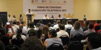 """La Secretaría de Educación de Veracruz (SEV) y la Fundación Telefónica México signaron un convenio para impulsar el programa """"Comprometidos con la Educación""""."""