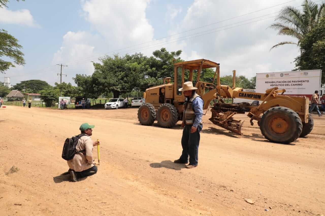 La Secretaría de Infraestructura y Obras Públicas (SIOP) inició los trabajos de construcción en carreteras de los municipios de San Andrés Tuxtla e Isla.