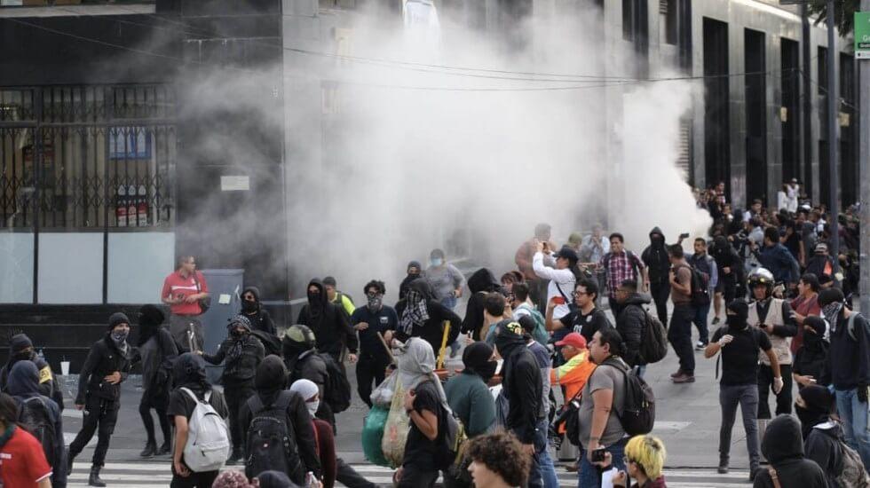 El presidente, Andrés Manuel López Obrador consideró que quienes realizaron los actos vandálicos no son anarquistas, sino conservadores que perjudican un movimiento legítimo, justo, y que no tienen el respaldo ciudadano.