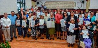 El presidente municipal, Hipólito Rodríguez Herrero entregó 40 actas de Nacimiento a xalapeños que no contaban con identidad jurídica.