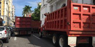 Este miércoles, camioneros se manifestaron en el centro de la ciudad de Veracruz y cerraron la avenida Independencia.