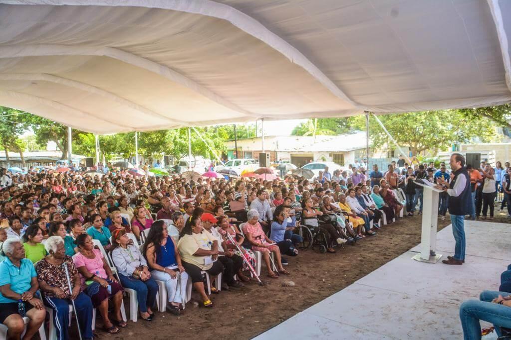 Este martes, en la colonia Pochota, el Presidente Municipal Fernando Yunes Márquez hizo la entrega de las primeras credenciales a integrantes del programa ʽVeracruz Contigo', que beneficia directamente a 30 mil familias veracruzanas con un importante apoyo alimentario.