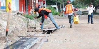 Atendiendo las necesidades en materia de infraestructura carretera, el gobierno de Veracruz, a través de la Secretaría de Infraestructura y Obras Públicas (SIOP), inició trabajos de reconstrucción con concreto hidráulico en dos importantes calles laterales de la carretera federal 180 que pasa por esta cabecera municipal.