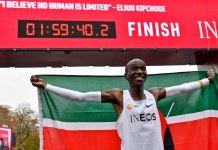 El fondista keniano, Eliud Kipchoge impuso nueva marca mundial en la distancia de Maratón, este sábado en el evento de Viena, Austria; el africano corrió por debajo de las dos horas, marcando una histórica nueva marca de 1 hora 59 minutos 40 segundos.