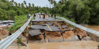 """La tormenta tropical """"Narda"""" avanza hacia las costas de Sonora, después de haber tocado tierra en Sinaloa y provocar inundaciones, caída de postes, árboles y espectaculares."""