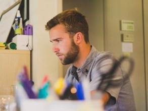 Jeune createur d'entreprise concentration