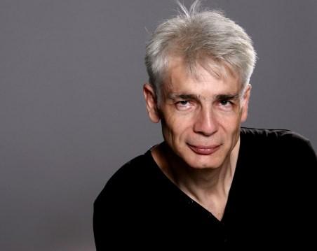 Un homme d'une cinquantaine d'année, Pierre-François Kettler, pose face public avec un léger sourire (grand format couleur)