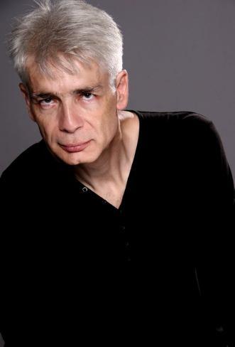 Un homme d'une cinquantaine d'années, aux cheveux blancs, Pierre-François Kettler, pose devant la photographe (moyen format Couleurs) (13)