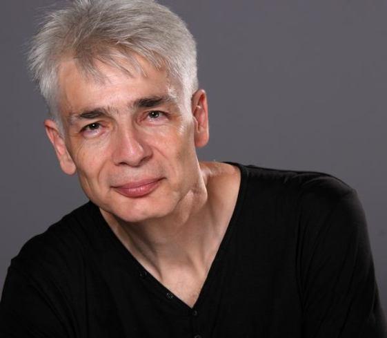 Un homme d'une cinquantaine d'années, aux cheveux blancs, Pierre-François Kettler, pose devant la photographe (moyen format Couleurs) (15)