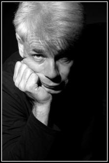 Un homme d'une cinquantaine d'années, aux cheveux blancs, Pierre-François Kettler, pose devant la photographe (moyen format N&B). (Il croit se souvenir de Kant)