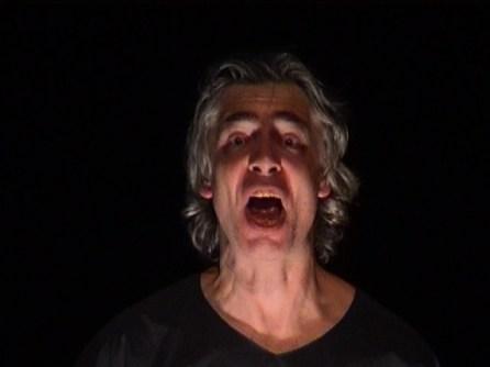 Un homme d'une quarantaine d'année exprime sa terreur lors d'une représentation du Dernier jour d'un condamné