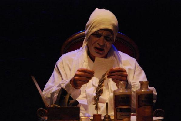 Argan, le malade (Pierre-François Kettler) lit les ordonnances de son apothicaire