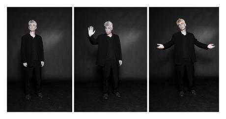 Un hommes d'une cinquantaine d'années, aux cheveux blancs, debout, proteste dans trois poses différentes