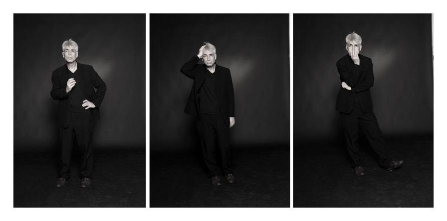 Un hommes d'une cinquantaine d'années, aux cheveux blancs, debout, s'étonne dans trois poses différentes