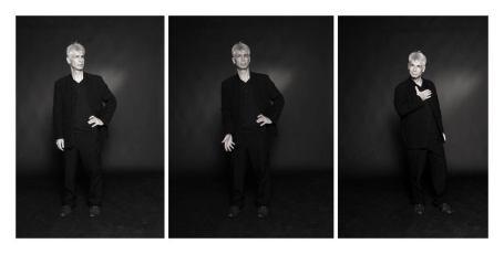 Un hommes d'une cinquantaine d'années, aux cheveux blancs, debout, se pose des questions dans trois poses différentes