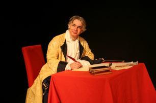 Pierre-François Kettler, la plume à la main, pose dans le costume de Dupuy Vauban qu'il interprétait dans le spectacle Vauban