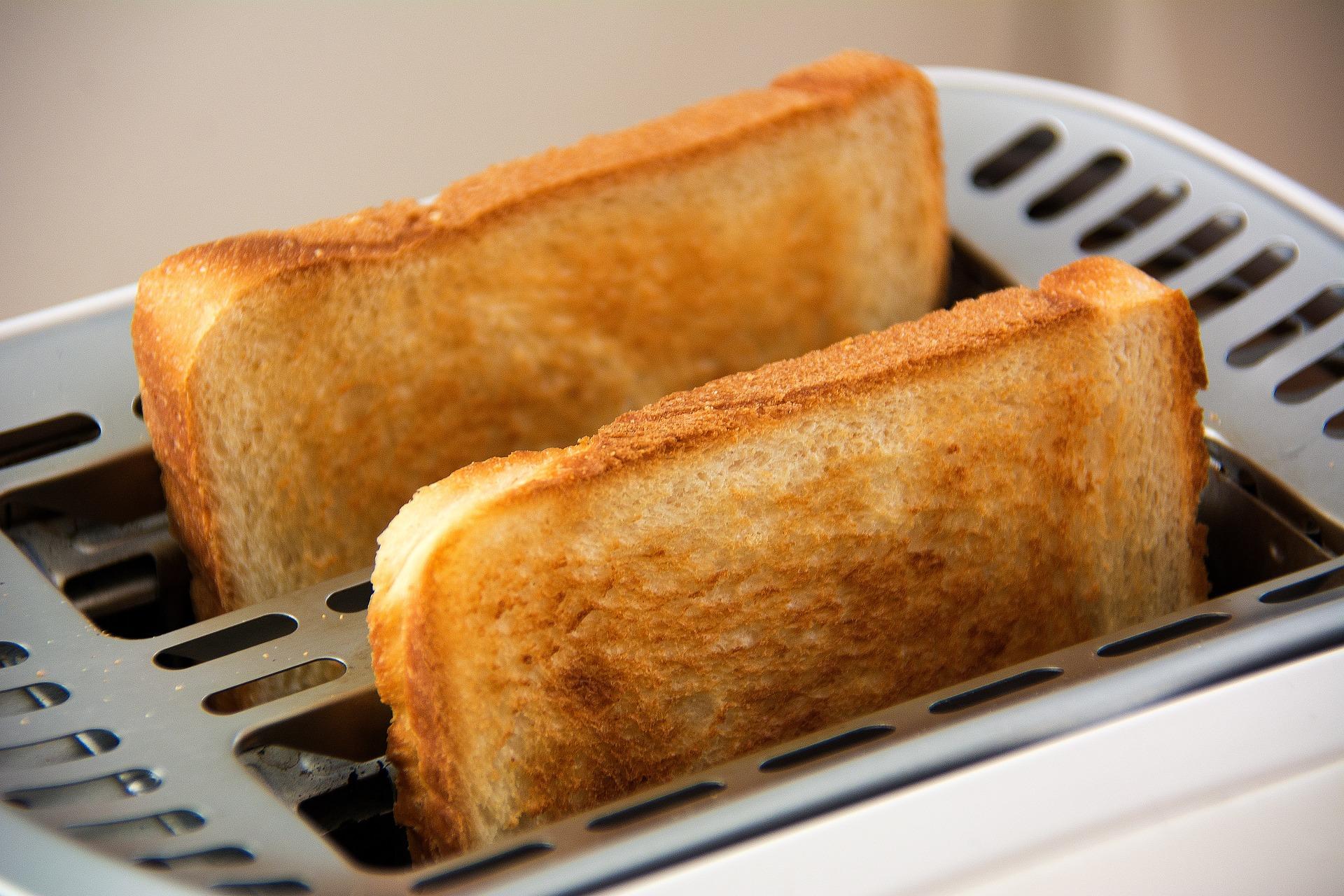 トースターで食パンを焼いている写真