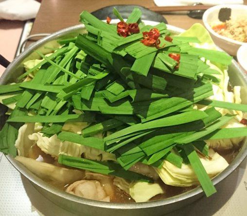 熱を通す前のもつ鍋の様子 鍋から野菜がはみ出てる