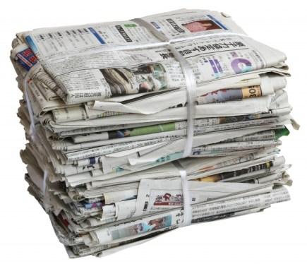 束になった新聞紙