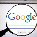 Google検索画面を虫眼鏡を使ってアップしている