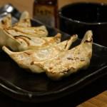 【町中華で飲ろうぜ 横浜市野毛】餃子・豚のモツうま煮『萬里』のお店・メニューを紹介『玉袋筋太郎』