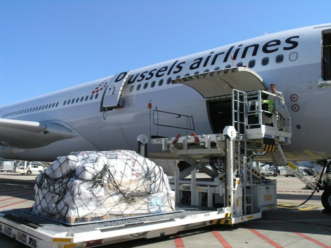 Chargement d'une palette de fret dans un A330 Brussels Airlines