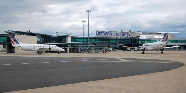 Terminal et satellites avec deux Embraer EMB 120 de Régional par Fabien1309 sous (CC BY-SA 2.0 FR) https://fr.wikipedia.org/wiki/Aéroport_de_Clermont-Ferrand_Auvergne#/media/File:Aeroport_clermont_ferrand_auvergne_2007.jpg http://creativecommons.org/licenses/by-sa/2.0/fr/deed.en