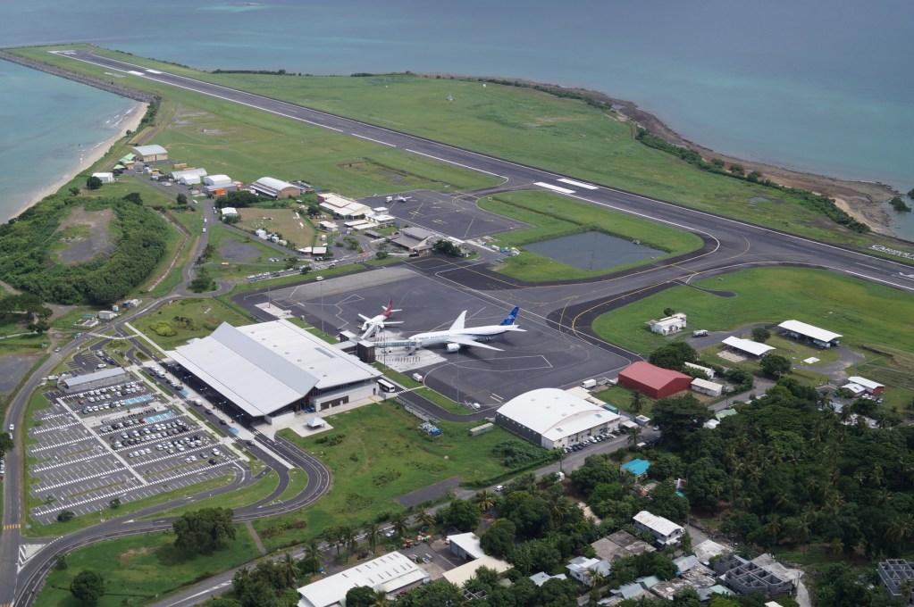 Vue aérienne de l'aéroport de Dzaoudzi à Mayotte